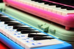 Melodion del instrumento musical en una tabla marrón Fotografía de archivo libre de regalías