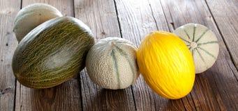 Meloen met meloenplakken en bladeren op een oude houten lijst Organi royalty-vrije stock fotografie