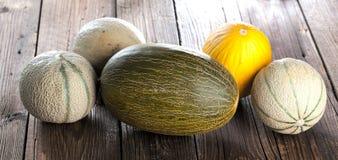 Meloen met meloenplakken en bladeren op een oude houten lijst Organi royalty-vrije stock foto's