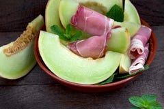 Meloen met prosciutto en munt - heerlijk voorgerecht, maaltijd royalty-vrije stock foto
