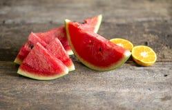 Meloen in stukken op een dienende schotel wordt gesneden die stock fotografie