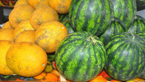 Meloenen, watermeloenen op een teller Stock Afbeeldingen