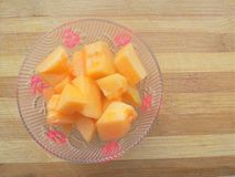 Meloenstukken in kom Stock Afbeeldingen