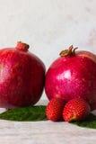Melograno e fragola Immagini Stock Libere da Diritti