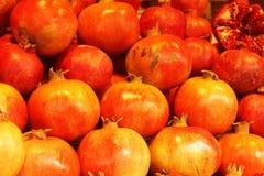 Melograno fresco rosso nel mercato Fotografia Stock