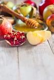 Melograno, mele e fondo del miele fotografia stock