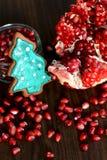 Melograno, semi e biscotto rotti dell'albero di natale del pan di zenzero Fotografie Stock