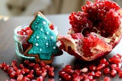 Melograno, semi e biscotto rotti dell'albero di natale del pan di zenzero Fotografie Stock Libere da Diritti