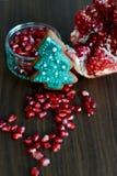 Melograno, semi e biscotto rotti dell'albero di natale del pan di zenzero Immagini Stock Libere da Diritti