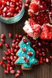 Melograno, semi e biscotto rotti dell'albero di natale del pan di zenzero Fotografia Stock
