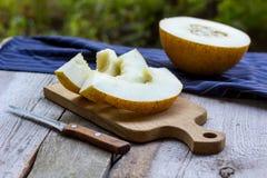 Melonów plasterki na drewnianym stole Obrazy Stock