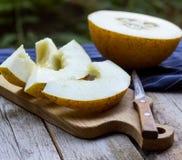 Melonów plasterki na drewnianym stole Zdjęcie Royalty Free