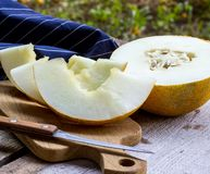 Melonów plasterki na drewnianym stole Obrazy Royalty Free
