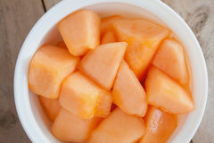 Melonów plasterki w białym naczyniu Zdjęcie Royalty Free