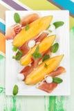 Melonów plasterki z prosciutto i mozzarellą fotografia stock