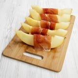 Melonów plasterki zawijający w prosciutto, niskiego kąta widok Zako?czenie zdjęcie stock