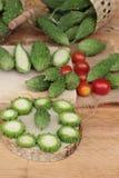 Melon amer et découpé en tranches sur le fond en bois Photographie stock