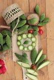 Melon amer et découpé en tranches sur le fond en bois Images stock