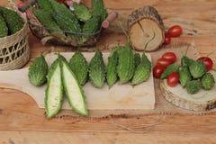 Melon amer et découpé en tranches sur le fond en bois Photo stock