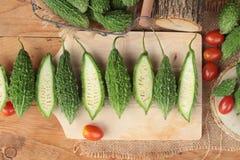 Melon amer et découpé en tranches sur le fond en bois Photographie stock libre de droits