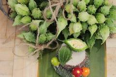 Melon amer et découpé en tranches sur le fond en bois Image libre de droits