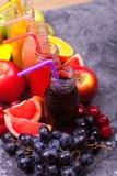 Melon Apple Kiwi Grapes Orange Mango Pine Apple Pomegra för vatten för tropiska frukter för nya flaskor för fruktsaftSmoothie tre Royaltyfri Bild