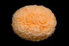 Melon de cantaloup découpant l'affichage sur le fond noir image libre de droits