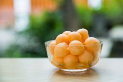 Melon de cantaloup dans le scoop de la chair photo libre de droits