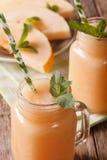 Melon de Smoothies avec le macro en bon état dans un pot en verre vertical image libre de droits