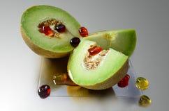 Melon i cukierki na lekkim tle obrazy stock