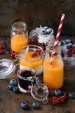 Melon i czarnej jagody smoothie obraz stock