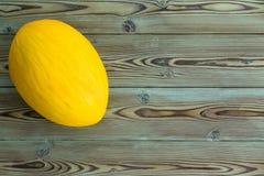 Melon jaune canari jaune mûr coloré entier Photographie stock libre de droits