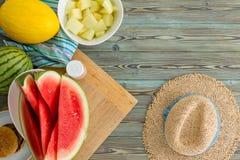 Melon juteux coupé en tranches frais de pastèque et de canari Photo libre de droits