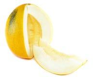Melon mûr avec découpé en tranches au-dessus du blanc. D'isolement Images libres de droits