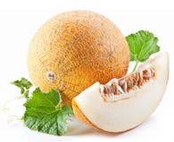 Melon med skivor och leaves royaltyfri fotografi