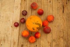 Melon och nektarinpersikor på en trätabell royaltyfri foto