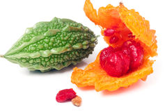 Melon ou momordica amer révélé vert et jaune d'isolement sur le fond blanc Images libres de droits