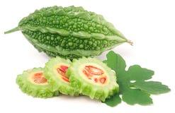 Melon ou momordica amer vert avec la feuille d'isolement sur le fond blanc Photos stock