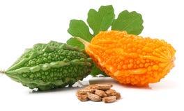 Melon ou momordica amer vert et jaune avec la feuille d'isolement sur le fond blanc Photographie stock libre de droits