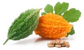 Melon ou momordica amer vert et jaune avec la feuille d'isolement sur le fond blanc Photos stock
