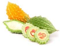 Melon ou momordica amer vert et jaune sur le fond blanc Photos stock