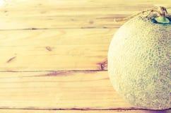 Melon på en trätappningstil Arkivbild