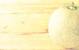 Melon sur un style en bois de vintage Image libre de droits