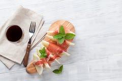 Melon z prosciutto i mennicą zdjęcia stock