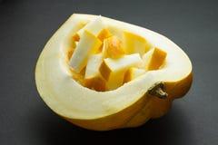 Melone alto vicino del cantalupo su fondo nero fotografia stock libera da diritti