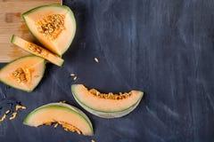 Melone auf Schneidebrett Stockbilder