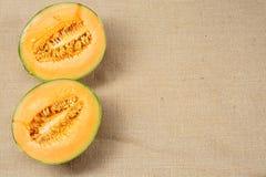 Melone che si trova su una superficie della tela di sacco Fotografia Stock