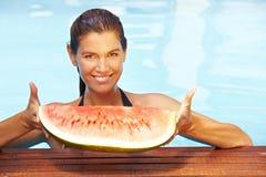 Melone della holding della donna in raggruppamento Fotografia Stock Libera da Diritti