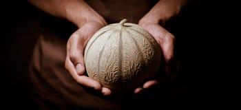 Melone in der Hand Lizenzfreie Stockfotografie