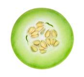 Melone di melata affettato a metà isolato su bianco Immagine Stock